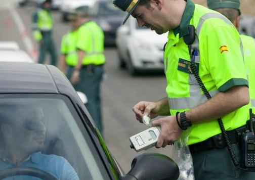 policía haciendo control de alcoholemia.
