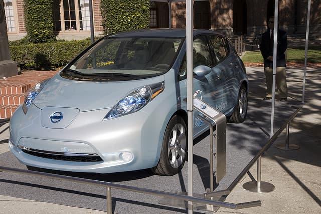 Nissan Leaf aparcado al sol
