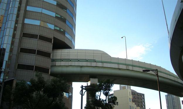 Carretera japonesa que atraviesa un edificio
