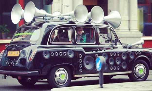 Taxi londinense diseñado con altavoces