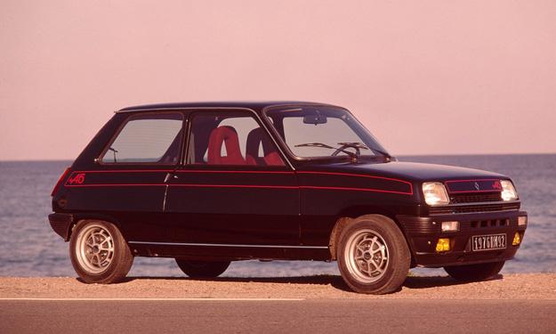 Renault R5 en negro y en la playa