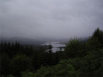 Paisajes increíbles, niebla, bosque, un lago. Las Highlands son así.