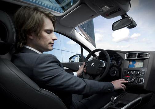 conductor subiendo ventanillas del coche