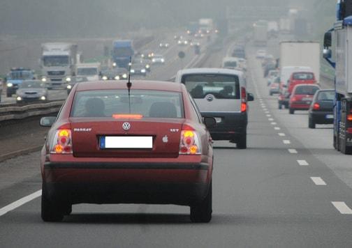 coche y furgoneta en carretera