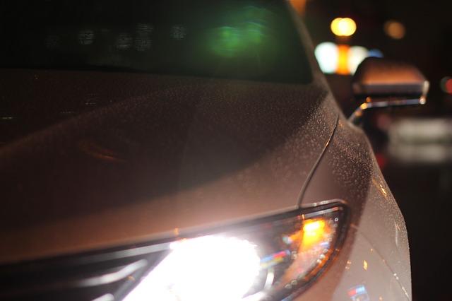 Faro coche bajo la lluvia