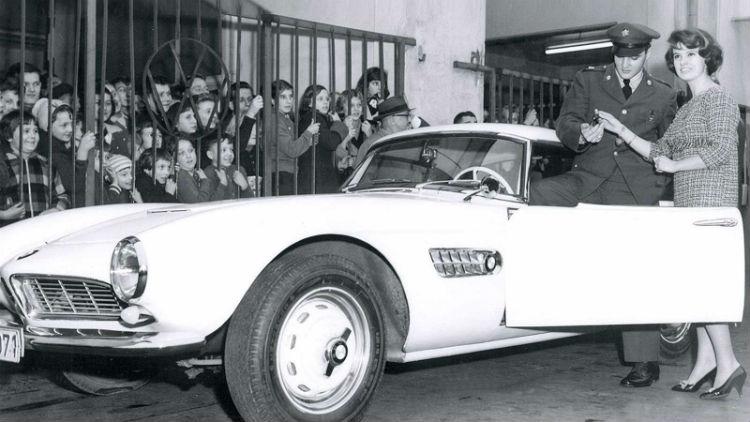Elvis Presley durante la compra de su BMW 507 Roadster