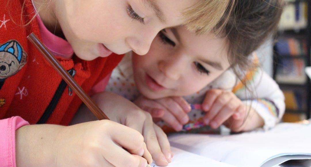 Niños escuela estudiando